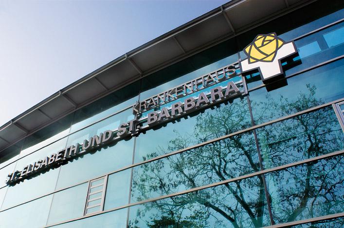 St. Elisabeth und St. Barbara Krankenhaus Halle Eingang altes Logo Foto: ©AGENTUR KAPPA