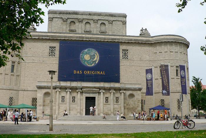 Landesmuseum Halle Ausstellung Himmelsscheibe Gebäude